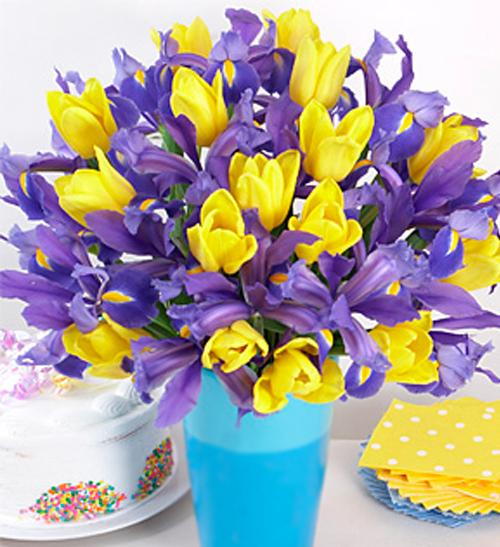 Открытка с днем рождения с ирисами и тюльпанами, день